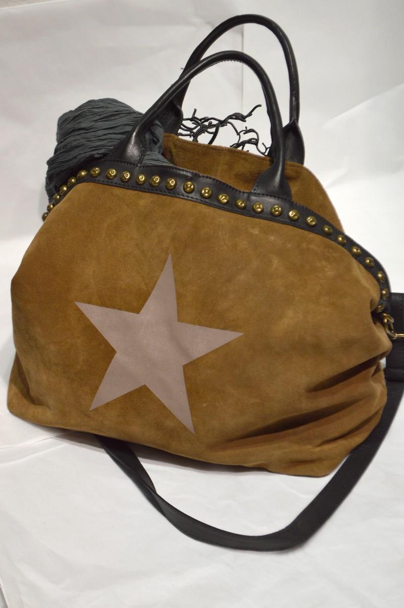 sac a main beige en cuir avec etoile mode et boutique de vetements de marque et d. Black Bedroom Furniture Sets. Home Design Ideas